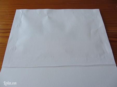 Bạn dùng một tờ giấy trắng dán lên mặt sau của tấm thiệp để che đi đường chỉ nhé