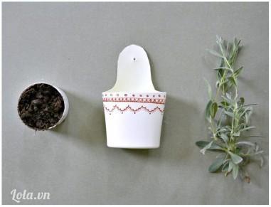 Cho đất và cây vào bên trong chai