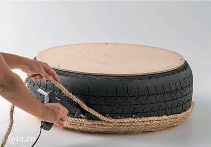Sau khi đã làm xong thì lặt vỏ xe xuống và tiếp tục dán dây thừng xung quanh các mặt bên của vỏ xe, làm tới đâu thì dán keo chặt tới đó