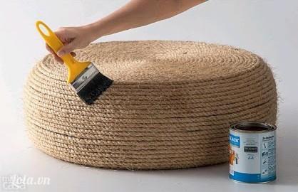 Cuối cùng lặt ngược mặt trên lại, rồi dùng cọ quét một lớp sơn dầu lên trên để bảo vệ dây thừng và cho dây không bị bung là hoàn thành