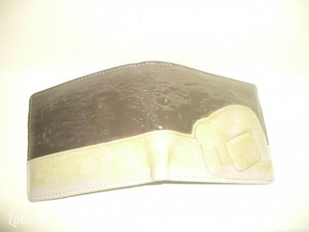 -Bôi keo toàn bộ lên mặt ví, với loại keo này bạn nên để nó ráo mặt sẽ dính dễ hơn.