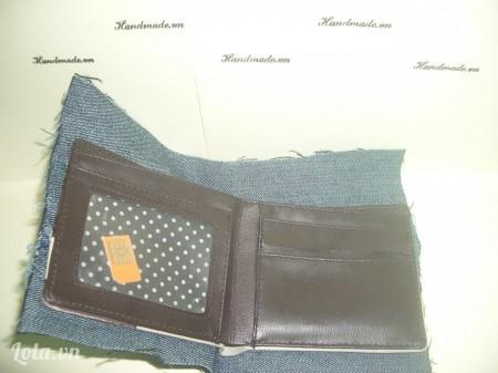 - Nhớ để ráo mặt rồi mới dán vải jean lên nha- rồi dùng kéo tỉa lại phần jean thừa ( nhớ để cách khoang 0.2cm--dễ khâu hơn)