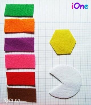 Đầu tiên ta tận dụng và cắt lại 6 mẩu vải thừa đủ màu theo kích thước 1,5 x 4 cm.Cắt thêm một hình lục giác đều có cạnh là 1,5cm làm đuôi bút.Phần ngòi bút có 2 cách làm nè:Cách 1: cắt 1 hình Pacman từ hình tròn có bán kính 2cm