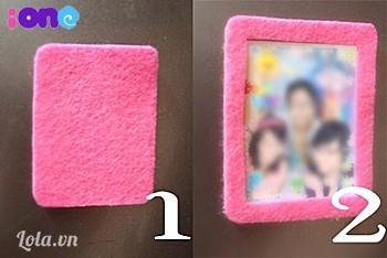 Lưu ý này: Trước khi thực hiện, bạn hãy đo tấm hình của mình trước rồi sau đó tuỳ vào tỉ lệ để thực hiện các bước tiếp theo. Tớ sẽ thực hiện khung hình này đối với tấm hình sticker có kích thước 6cm x 4cm.  Cắt vòng theo các góc.2 mảnh vải dạ màu hồng sen kích thước 7cm x 5cm. Một mảnh để nguyên, 1 mảnh khoét lỗ hình chữ nhật kích thước 3,5cm x 5,5 cm để vừa đủ bao trùm lên tấm hình.