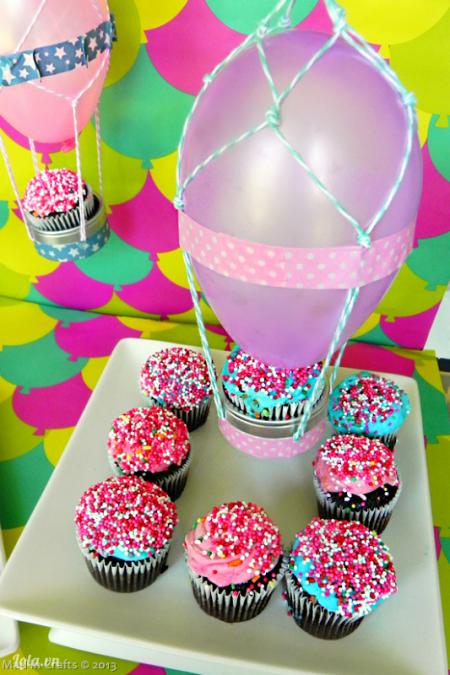 Buộc sợi dây treo lên trên trần, trang trí thêm kẹo, bánh xung quanh nữa là đã có ngay một bàn tiệc bắt mắt rồi. Bạn hãy làm thử nhé
