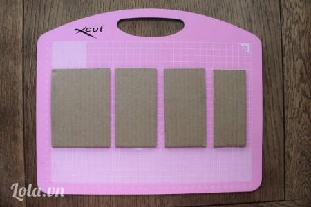 Cắt giấy bìa cứng ra thành 2 miếng 11.5cm x 6cm. Một miếng 11.5cm x 5cm và  một miếng 11.5cm x 9cm