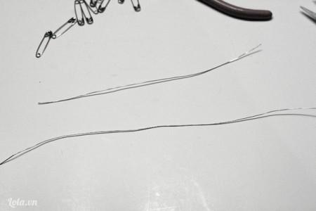 Cắt 2 sợi dây khoảng 6 inch chiều dài và một sợi dây có chiều dài gấp đôi