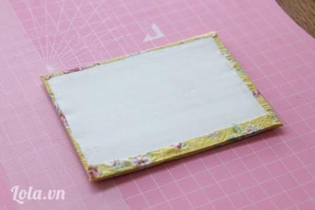 Bạn trang trí các tấm bìa bằng cách dán vải lên trên, sau đó dùng một tấm bìa khác dán lên mặt sau