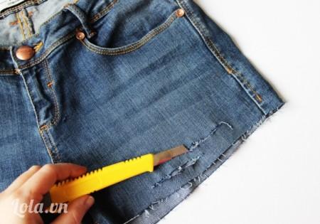 Lấy dao rọc giấy cắt một vài đường trên chiếc quần và lại quần