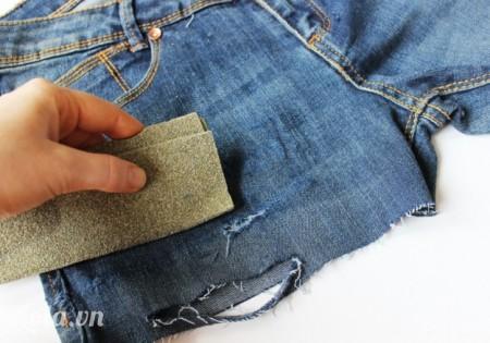 Dùng giấy nhám chà lên trên chỗ đã cắt để tạo  đường tưa của chỉ
