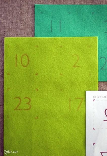 Dùng bút chì viết số lên từng khu vực của tấm vải dạ. Nhớ cách nhau ra 1 khoảng để sau đó còn cắt từng miếng vuông vức nhé.