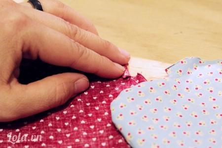 Chừa 1/4 ngay mép đã cắt từ lúc đầu, lật mặt phải của một miếng vải thứ 2
