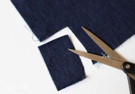 Bước kế bạn sẽ cắt một miếng vải nhỏ từ đoạn quần jean đã cắt lúc nảy