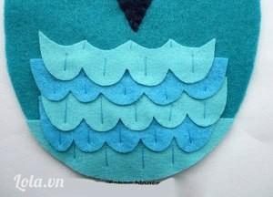 Dùng kim khâu dọc như hình bên để cố định các mảng lông. Nhớ khâu theo từng hàng để các mũi khâu được gọn gàng hơn.