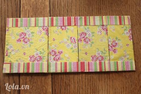 Sắp các giấy lại với nhau. Dán keo lên các bản lề, chú ý chừa các khoảng cách để khi gập giấy lại dễ dàng nhé