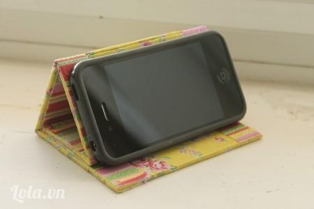 Đặt điện thoại lên trên và ta đã hoàn thành xong chiếc giá đỡ điện thoại xinh xắn như thế này rồi nè
