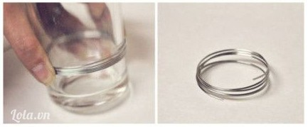 Trước tiên bạn sẽ quắn dây kẽm xung quanh một  chiếc ly để làm thành vòng tròn
