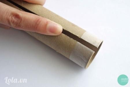 Cắt  đôi rồi dán băng keo 2 mặt xung quanh lỗi giấy