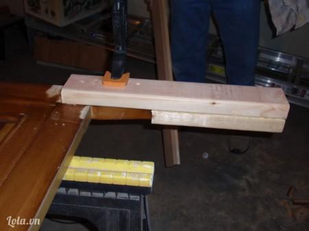 Cắt một khúc gỗ để làm chân