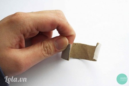 Cắt phần giấy dán keo ra