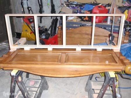 Kế tiếp ta sẽ làm khung ngồi cho chiếc ghế, khoan lỗ và gắn vít óc xung giữa khung và ghế