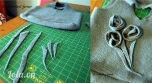 Những miếng vải vụn đã làm lúc nảy, cuộn lại thành hình hoa hồng gắn lên trên túi