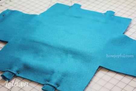 Đặt một miếng vải khác kích thước tương tự che phủ lên trên mặt túi