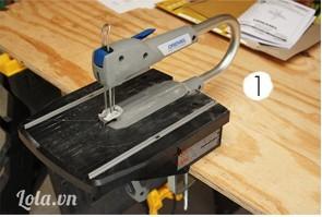 Gắn máy khắc gỗ vào mặt bàn như thế này -