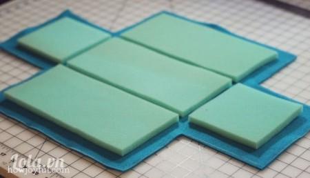 Sau đó bạn sẽ cắt vải ra theo hình xung quanh của miếng mút, chừa biên ngoài tầm 1-2 cm