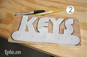 In chữ Key ra giấy rồi đặt lên trên miếng gỗ, dùng bút  vẽ chữ Key lên trên