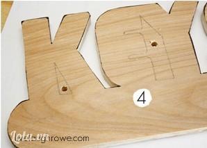 Khoan lên  trên chữ gỗ các lỗ tròn như trong hình