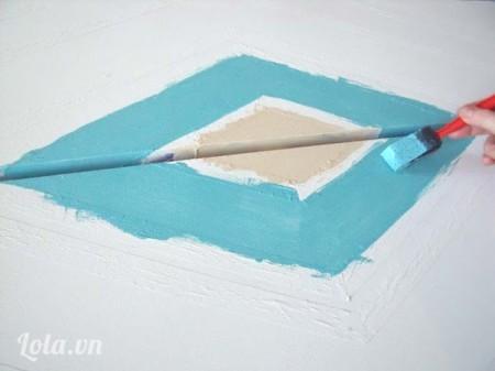 Dùng cọ sơn những màu khác theo từng phần băng keo dán