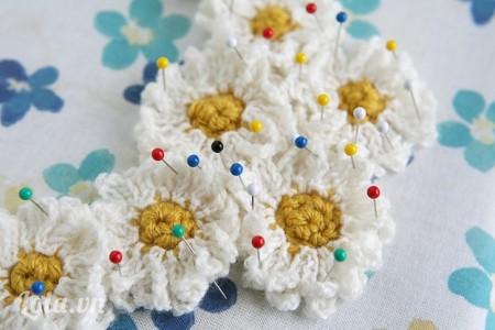 Đính kim tây xung quanh để cố định các hoa len lại với nhau trên vải nỉ