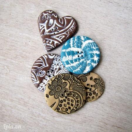 Đợi cho màu khô trong vài giờ là bạn đã có các kiểu nút áo lạ lẫm dùng để trang trí rồi nhé