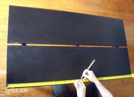 Xem mẫu decore trước rồi lấy thước đo chiều dài bàn rồi đánh dấu ở giữa bàn
