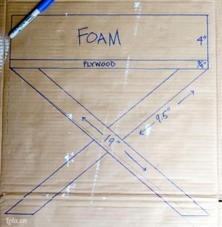 Trước tiên bạn vẽ kích cỡ và hình dáng của ghế ra tờ giấy như hướng dẫn