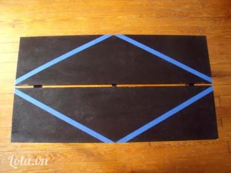 Sau đó dán băng keo theo hình hướng dẫn, các góc nhọn sẽ đối xứng với điểm giữa của 2  đường thẳng vuông góc