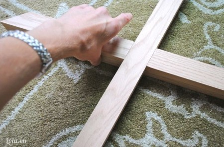 Đo khoảng cách từ góc chéo đến vị trí giữa chân, Đặt vuông góc các chân ghế lại với nhau. Giữ khoảng 10,15 \' để cho keo khô. Kiểm tra lại trước khi qua bước tiếp