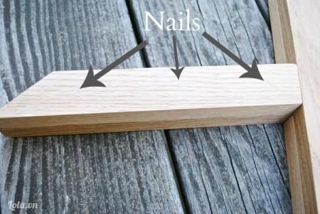 Đánh dấu các vị trí sẽ đóng đinh lên. Để cho các miếng gỗ dính chặt cố định lại