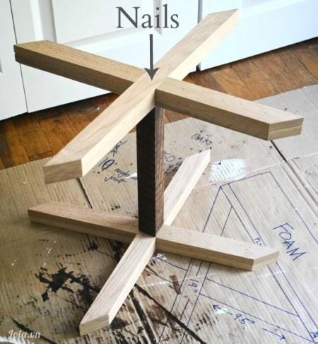 Ta tiếp tục làm tương tự cho chân chữ X còn lại . Và đặt lên trên thanh gỗ trung tâm, dán lại. Tiếp tục đợi khô trong 60 phút