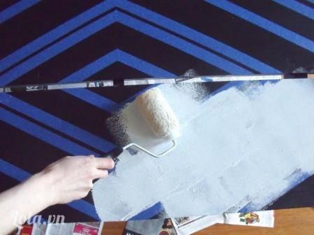 Phủ một lớp sơn màu trắng lên trên trước