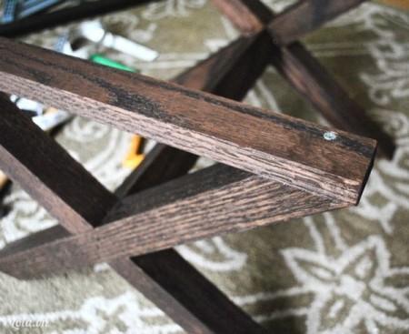 Đóng thêm 2 thanh gỗ phía trên 2 bên. Sau khi keo khô thì bắt đầu sơn phủ một lớp vecni lên trên cho bóng và bảo vệ gỗ