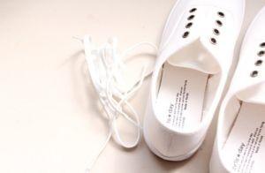- Chúng mình cần giặt giày thật sạch và nhớ tháo rời phần dây giày ra nếu như không muốn nhuộm màu luôn cả phần dây.