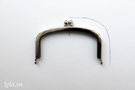 Đặt khung ví lên trên tấm giấy, vẽ đường cong và một đường thẳng giữa chung, khoảng cách giữa nét vẽ và khung là cách khoảng 1 cm