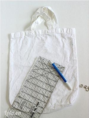 Dùng bút đánh dấu những khoảng cách cần đóng khoen lên