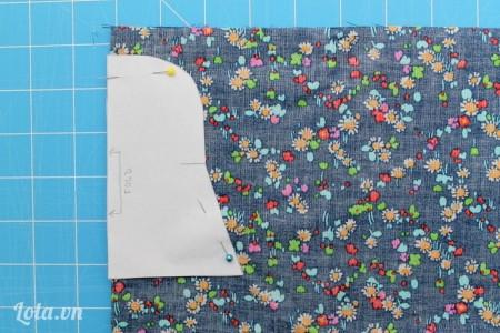 Cắt ra, đặt lên trên vải đã gập đôi, dùng kim tây cố định lại xung quanh, cắt vải ra
