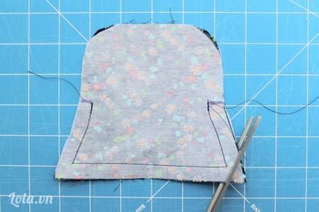 Đặt chồng 2 tấm vải lên với nhau, may xung quanh lại chỉ chừa phần miệng túi