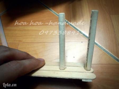 lật mặt kia của miếng ở B4 lên, chia đều thành 4 hoăc 5 đoạn bằng nhau rồi dán que kem tròn vào từng vị trí. Lúc dán phải dựng thẳng que