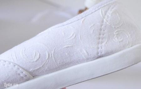 Dùng cọ vẽ những đường xoắn tròn lên trên giày