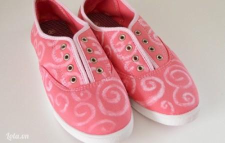 Sau khi màu khô rồi thì màu hồng sẽ nhạt lại và hoa văn lúc nảy đã vẽ sẽ nổi lên, giờ trong đôi giày sẽ rất đẹp